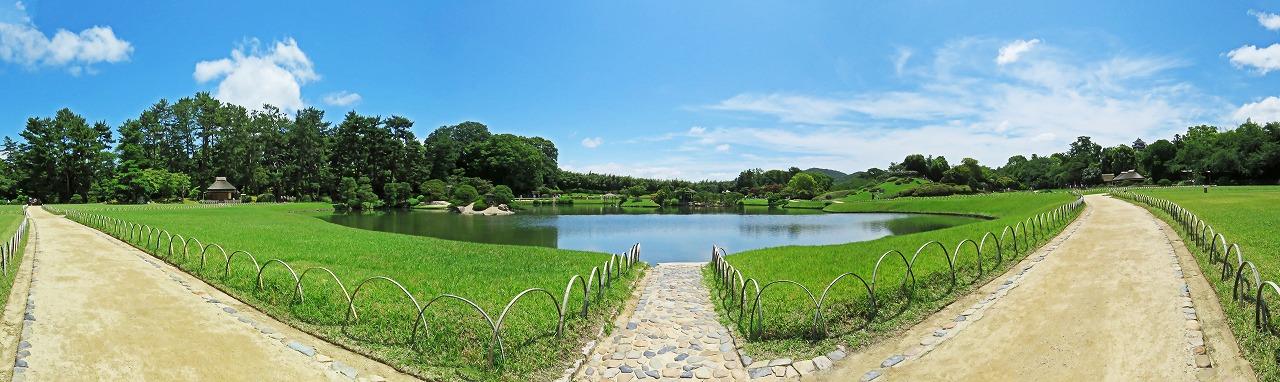 s-20150628 後楽園今日の園内夏日の沢の池ワイド風景 (1)