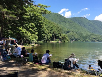 ALPS BOOK CAMP 木崎湖畔で読書をする方々