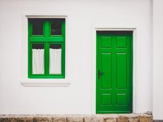 白い壁と緑のドア