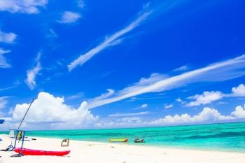 砂浜とヨットと青い空