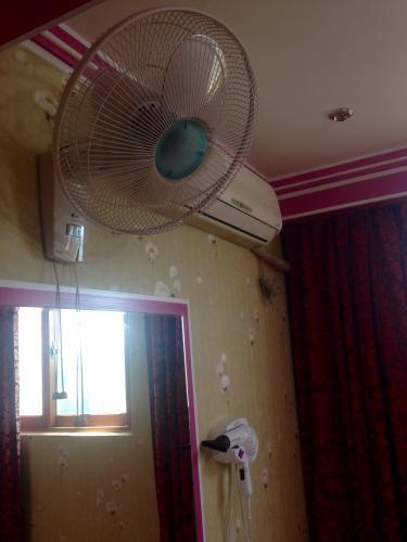 2泊目の宿にもあった扇風機。クーラーもあるのに必要なのか…。。