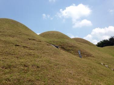 宋山里古墳を間近で見る。