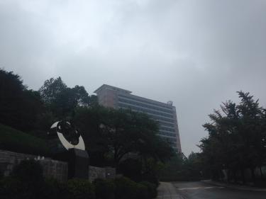 梅雨空の国民大学