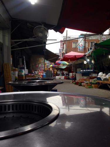 市場の雰囲気も感じながら夕食。