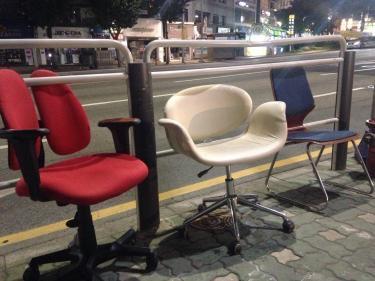 夜になると突如現れる椅子(笑)まぁ涼しいんでしょうけどね笑
