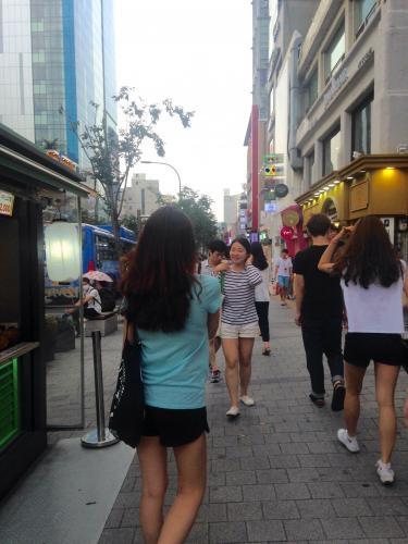 道行く長い髪の韓国人女性は暑くても髪を結ばない?