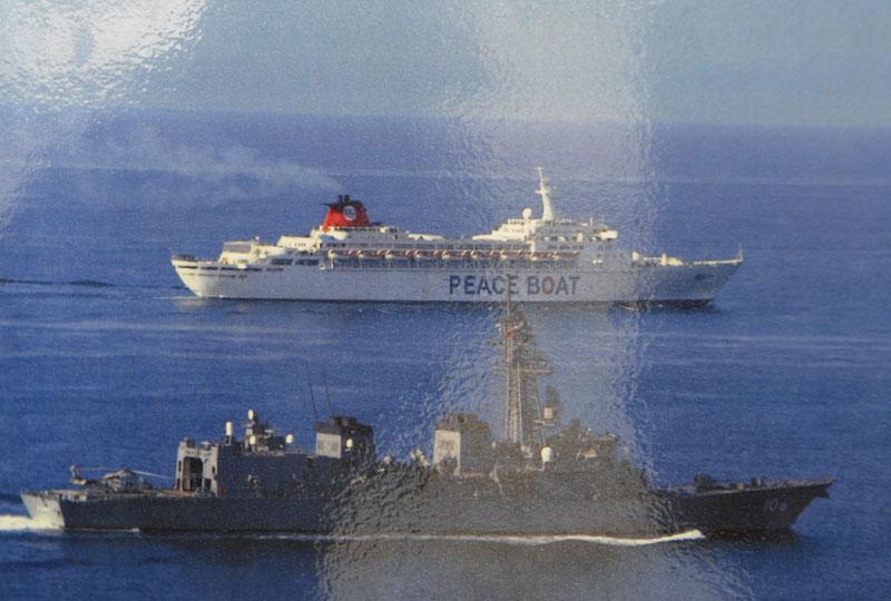 海自護衛艦がピースボートを護衛