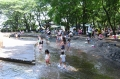 水浴びする子どもたち