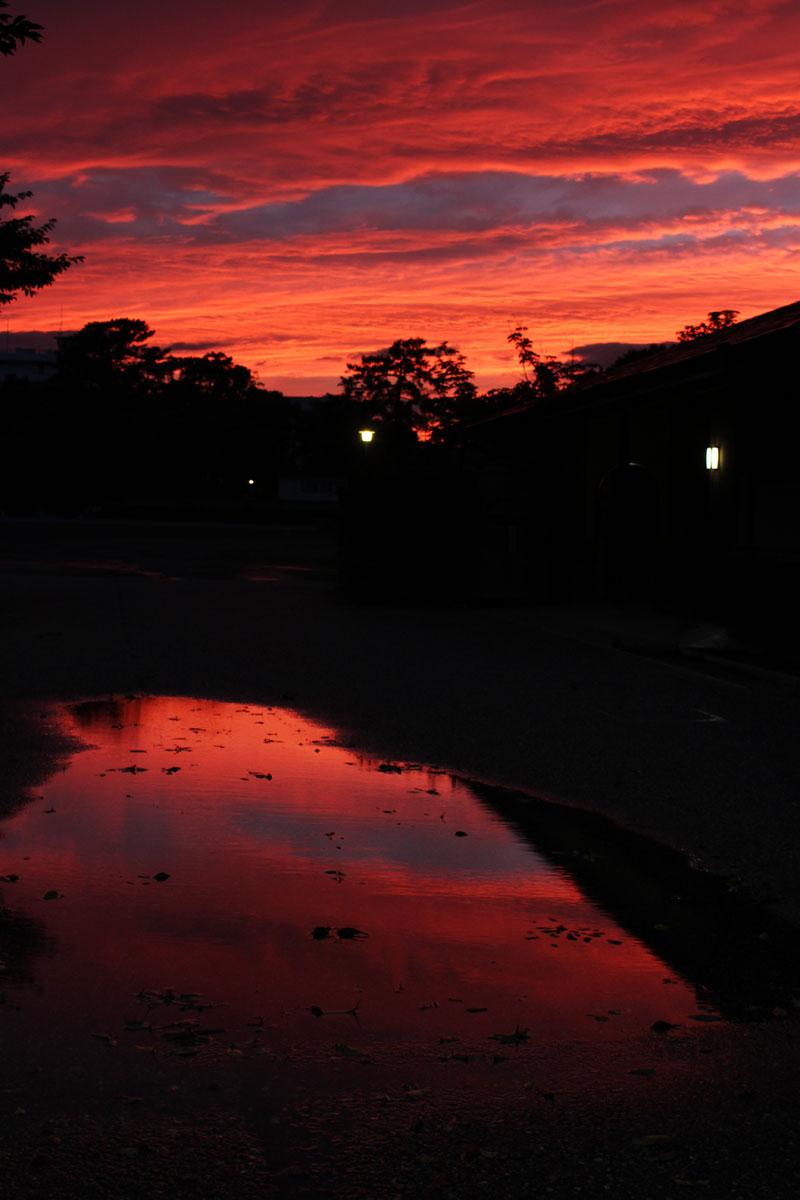夕焼け空と水たまりへの映り込み・駿府城公園で 150701