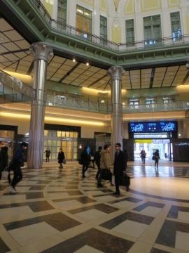 丸の内南口。正面やや左、ホテル・レストラン入口