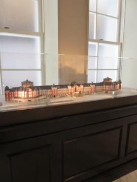 南ドームの2階の回廊には駅の模型も