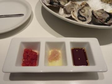 牡蠣にはレモンと3種のソース
