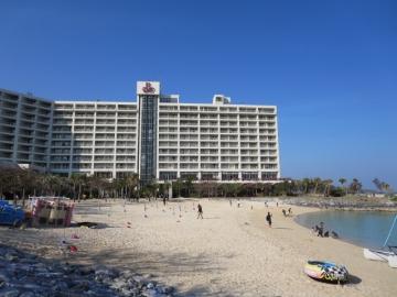 ホテルをビーチ側から