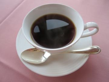 コーヒーはテーブルにサービスで