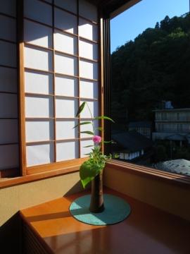 客室の一輪挿しに朝陽