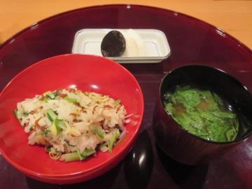 山菜ごはん、春菊の味噌汁に生麩が一つ