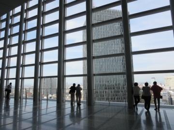 その前には名古屋駅前の景観を楽しむ方々