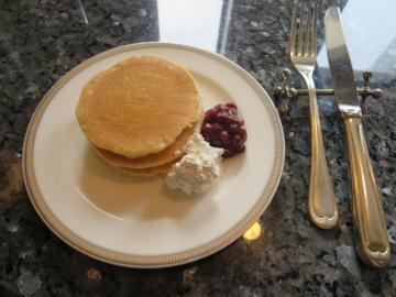 パンケーキがありましたので、セルフで小倉と生クリームを