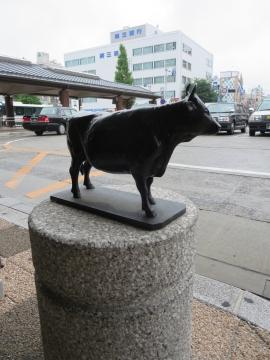 駅前の松坂牛像