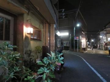 奥に見える建物が神泉駅