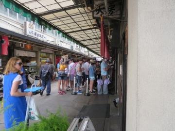 寿司大前の行列はここ一団の皆様かと思いましたら