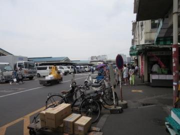 真ん中あたりの団体様は、寿司大を待つ行列の一団でございます