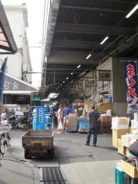 お店の前から市場の活気を見る