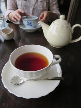 ポットの紅茶はたっぷり。お店からカップを出して貰って私もいただきました