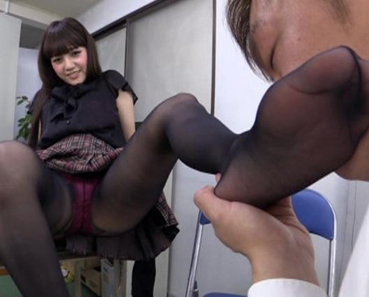 女子校生の足臭を嗅がせてもらいながら足コキと手コキでイクの脚フェチDVD画像4