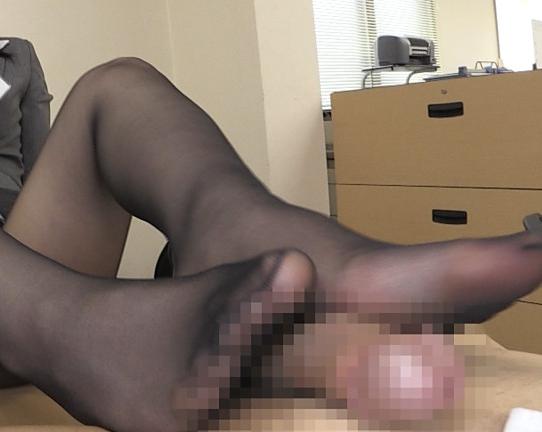 リクルートスーツの痴女OL2人が黒パンスト美脚で足コキ抜きの脚フェチDVD画像6