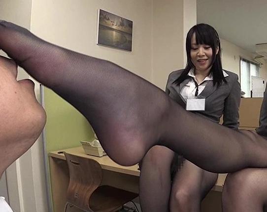 リクルートスーツの痴女OL2人が黒パンスト美脚で足コキ抜きの脚フェチDVD画像5