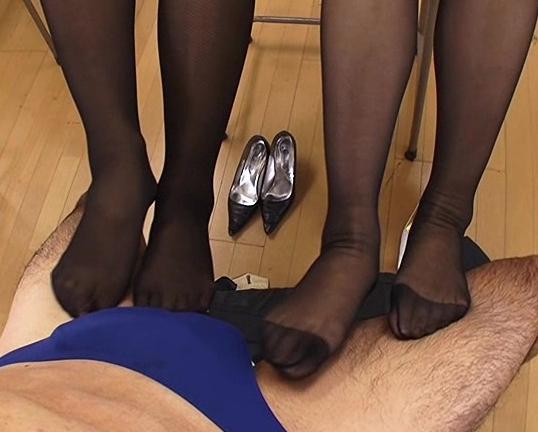優しい淫語と黒パンスト美脚で足コキ責めをする痴女教師の脚フェチDVD画像3