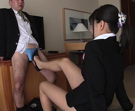 淫乱なホテルコンシェルジュがヒールコキや太腿コキで指導の脚フェチDVD画像2