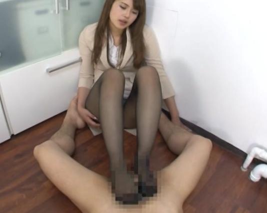 リクルートスーツの痴女OL上司が黒パンストで足コキ抜きの脚フェチDVD画像5