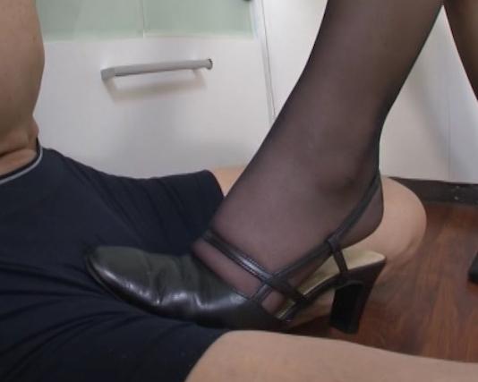 リクルートスーツの痴女OL上司が黒パンストで足コキ抜きの脚フェチDVD画像2