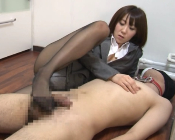 リクルートスーツのOL痴女上司がM男に足コキ責めの脚フェチDVD画像5