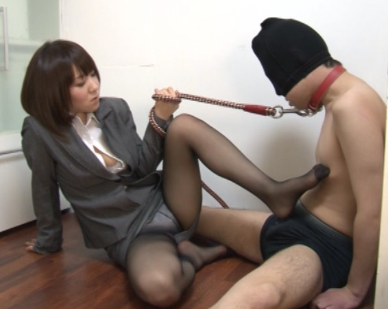 リクルートスーツのOL痴女上司がM男に足コキ責めの脚フェチDVD画像2