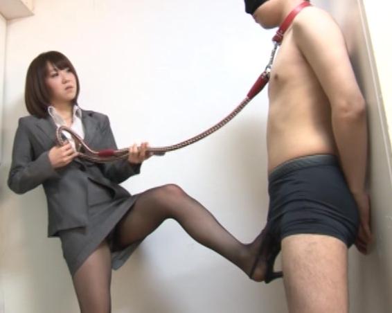 リクルートスーツのOL痴女上司がM男に足コキ責めの脚フェチDVD画像1