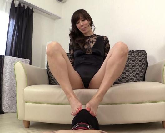 淫語がエロすぎる痴熟女の蒸れた素足でM男を足コキ抜きの脚フェチDVD画像1