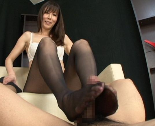 くそエロいパンスト熟女の足裏で足コキされ瞬殺射精の脚フェチDVD画像4