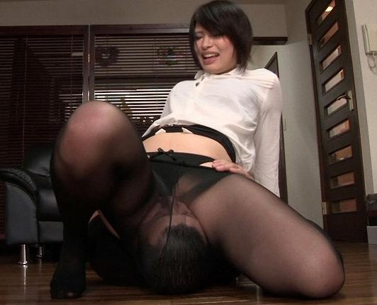 長身痴女が黒パンスト美脚で男の肉棒を足コキ責めの脚フェチDVD画像1