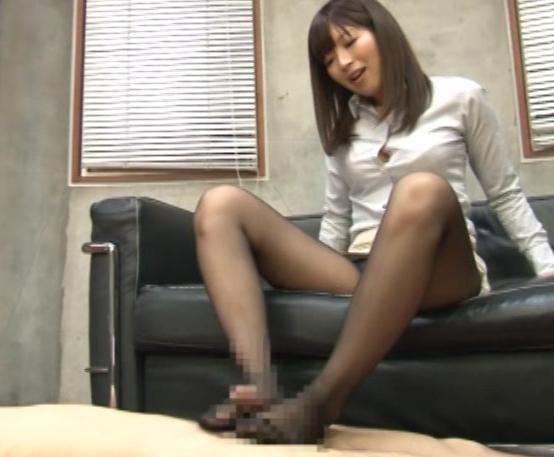 部下のペ●スをパンスト足とマ●コでコキまくる淫乱女上司の脚フェチDVD画像3