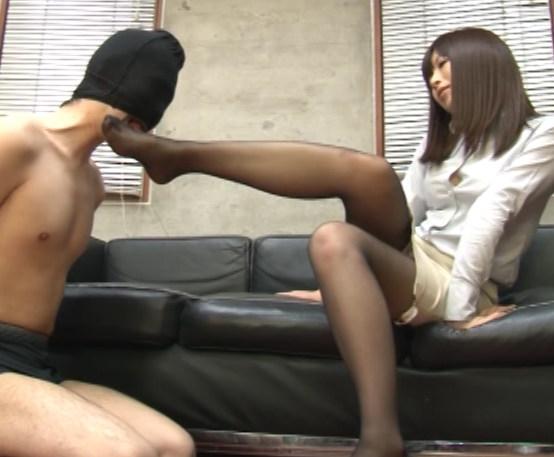 部下のペ●スをパンスト足とマ●コでコキまくる淫乱女上司の脚フェチDVD画像1