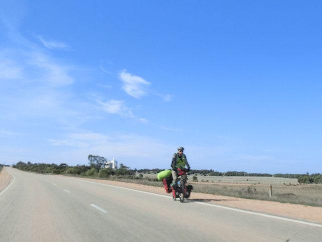 6:7自転車旅行者