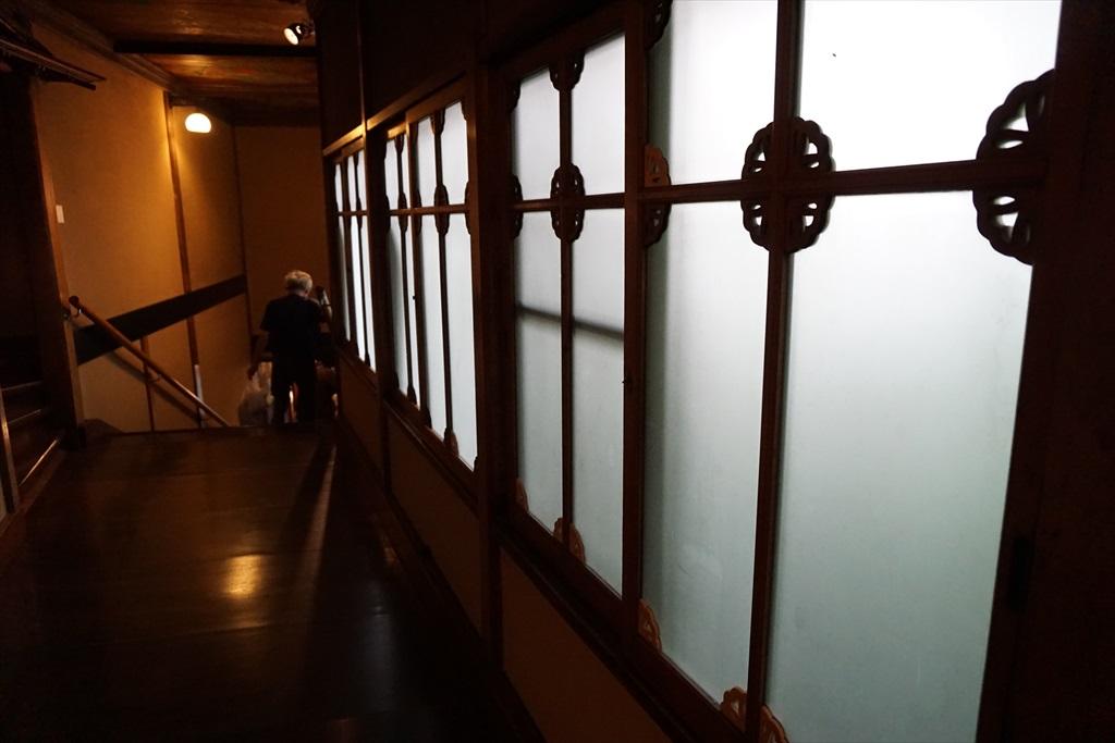 百段階段の窓や階段・天井_2