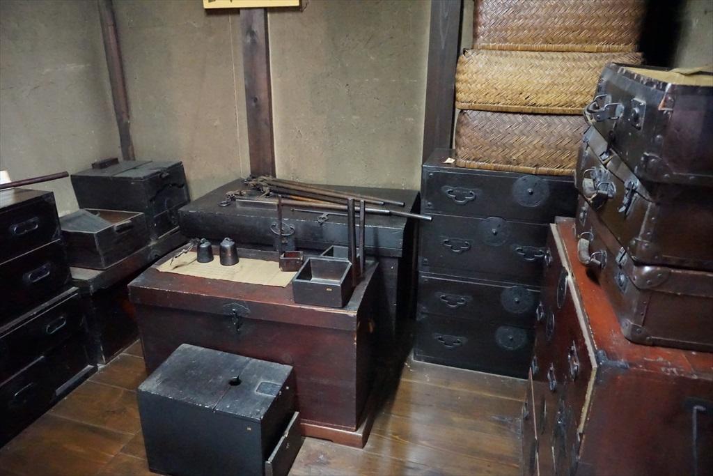 昔懐かしい竿秤や皮革製のトランクなどがある
