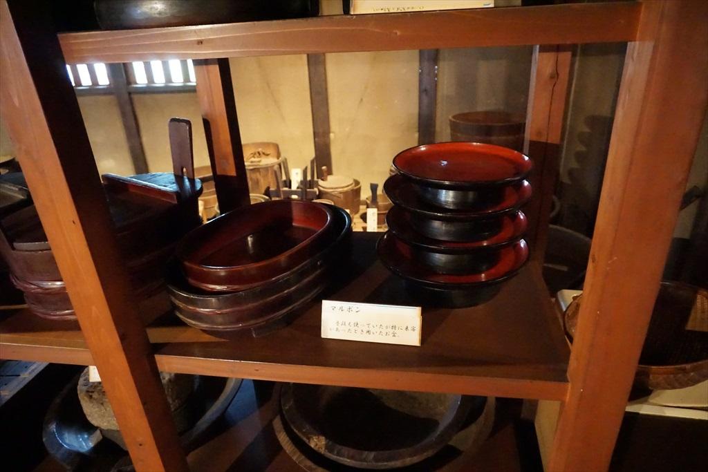 居間の囲炉裏の回りには、当時使用されていたような食器などが_2