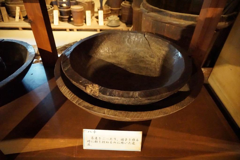 居間の囲炉裏の回りには、当時使用されていたような食器などが_3