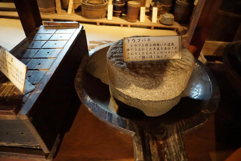 居間の囲炉裏の回りには、当時使用されていたような食器などが_4