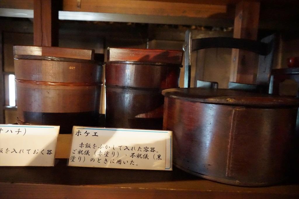 居間の囲炉裏の回りには、当時使用されていたような食器などが_6